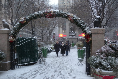 Herald_Sq_entry_arch_snow_jeh